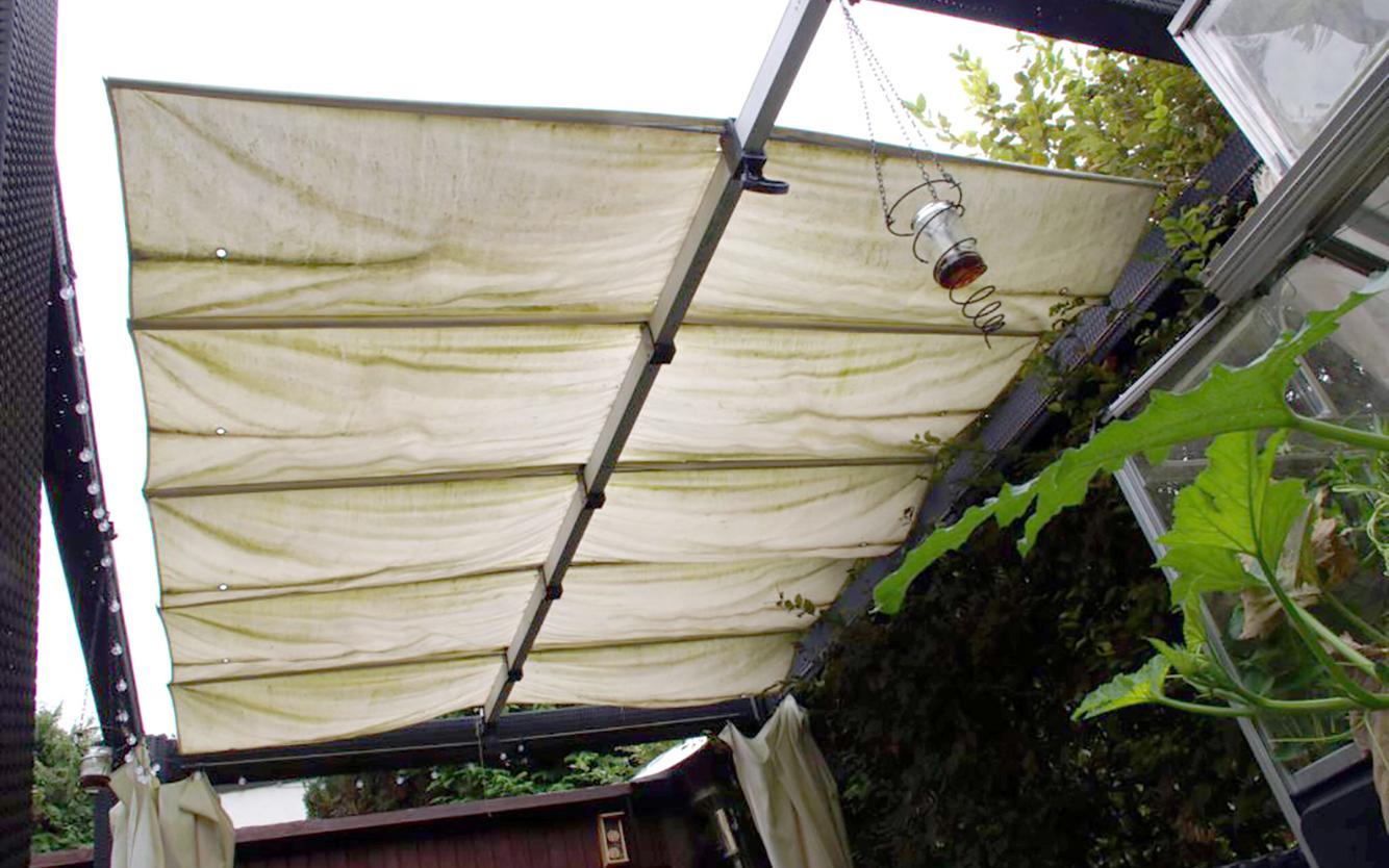 Das alte Pavillondach - ausgeblichen, vermoost und voller Mäuselöcher