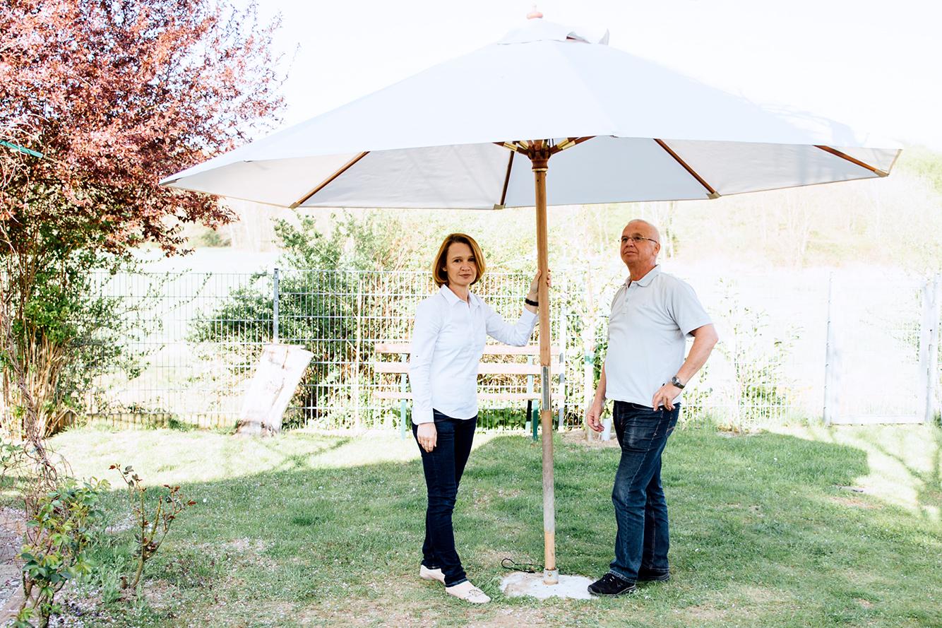 Der alte Sonnenschirm strahlt in neuer Frische - und nicht nur Papa ist begeistert