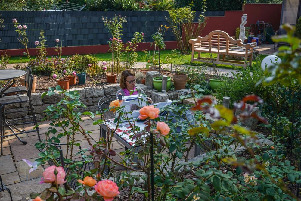 Nähen im Garten beim Kunden.
